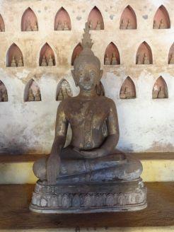 Buddha mit Erdberührungsgeste