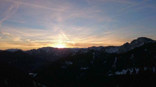 Die Sonnenstrahlen spitzen langsam über die Berge